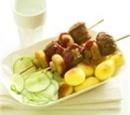 recepten-vandaag-worstspiesjes-met-komkommer-en-gebakken-krieltjes