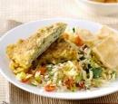 recepten_vandaag_knoflook_koriander_nasi_met_zwarte_peperomelet_en_kroepoek_cassave