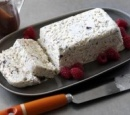 receptenvandaag merengue gelato cake met chocoladesaus