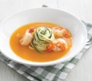 receptenvandaag Pompoensoepje met tagliatelle van courgette en scampi's