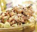 1 pasta met kip, paddestoelen en bosuitjes in tomatensaus